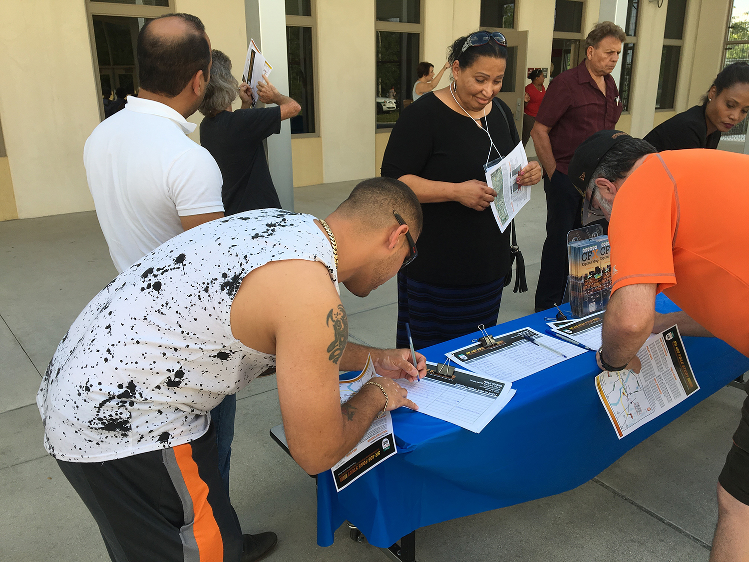 citizens sign up for more information on the State Road 408 Eastern Extension